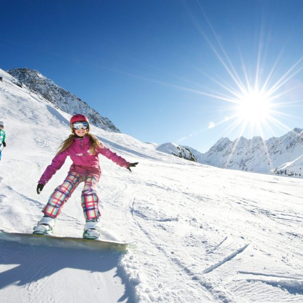Kinder beim skifahren in Kuehtai